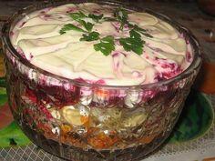 """Очень вкусный слоеный салат. Встречается под разными названиями. Мне понравилось это – """"Лакомка"""". Продукты для салата:- отваренная и очищенная свекла - 100г чищенных орехов - 2 вареных и очищенных…"""