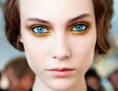 Ombretto oro make up occhi azzurri