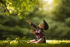 Alcance o céu. Ensinar as crianças a respeitar a Natureza é nossa esperança de futuro.  Fotografia: Adrian C. Murray no 500px.