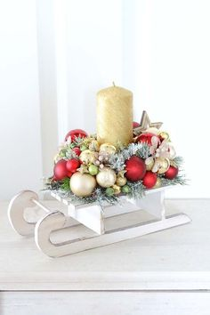 Get some amazing ideas on Christmas candle decorations. We have all you need to inspire yourself and create some gorgeous candle centerpieces. Christmas Candle Centerpieces, Pine Cone Christmas Decorations, Christmas Candles, Christmas Diy, Christmas Wreaths, Christmas Ornaments, Christmas Sleighs, Advent Wreaths, Modern Christmas