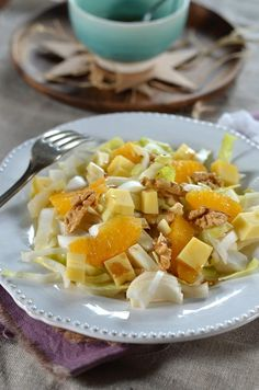 Salade composée dhiver aux endives et oranges - Tangerine Zest Healthy Broccoli Salad, Healthy Salads, Healthy Recipes, Spinach Strawberry Salad, Spinach And Feta, Whole Foods Market, Thanksgiving Side Dishes, Orange Recipes, Salad Recipes