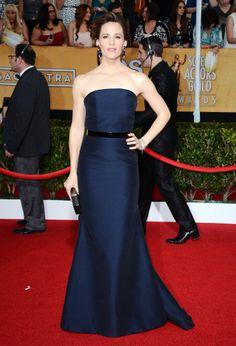 Jennifer Garner con un vestido de estilo clásico en color azul noche con palabra de honor de Max Mara.