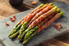 3 leckere Rezepte mit grünem Spargel - Atıştırmalıklar - Las recetas más prácticas y fáciles Grilled Bacon Wrapped Asparagus, Asparagus Appetizer, Prosciutto Recipes, Prosciutto Wrapped Asparagus, Fresh Asparagus, Asparagus Recipe, Asparagus Spears, Asperges Prosciutto, Asparagus