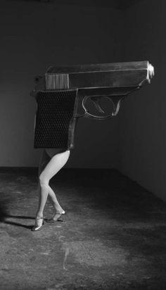 © Laurie Simmons - Walking Gun, 1991. S)