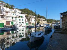 Cala Figuera ist ein romantisches Fischerdorf an der südlichen Ostküste von Mallorca. In dem von Felsen umgebenen Naturhafen liegen zahlreiche Fischerboote. Charakteristisch sind die Boots-Garagen unterhalb der Häuser. #Mallorca #calafiguera #boote