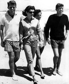 Robert, Jackie, Ethel and John Kennedy Jacqueline Kennedy Onassis, John Kennedy, Estilo Jackie Kennedy, Les Kennedy, Jaqueline Kennedy, Ethel Kennedy, Caroline Kennedy, Senator Kennedy, Lee Radziwill
