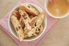 Biscotti er populære småkaker året rundt, og inngår også som en del av julebaksten. Grunnoppskriften er den samme gamle, men jeg har redusert sukkermengden noe – og har i tillegg tilsatt tørkede tr… Edible Gifts, Bake Sale, Biscotti, Bread Recipes, French Toast, Yummy Food, Sweets, Cookies, Dessert