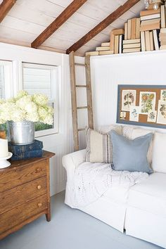 Every thought about how to house those extra items and de-clutter the garden? Building a shed is a popular solution for creating storage space outside the house. Whether you are thinking about having a go and building a shed yourself She Shed Decorating Ideas, She Shed Interior Ideas, Shed Conversion Ideas, Converted Shed, Shed Office, Garden Office, Shed Makeover, Cozy Backyard, Backyard Sheds