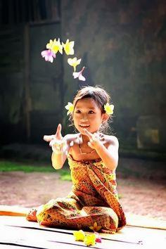un sourire un petit bonheur Precious Children, Beautiful Children, Beautiful World, Beautiful People, Beautiful Places, Indonesian Girls, Baby Kind, Little People, People Around The World