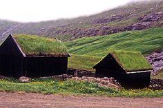 Construções de uma antiga fazenda em Saksun, conhecida como Duvugarðar, que agora funciona como o Museu de História das Ilhas Faroé. Estas construções dão uma perspectiva de como era a vida em uma fazenda da Idade Média até o início do século XX. Saksun, na Ilha Streymoy, Ilhas Faroé, Dinamarca.  Fotografia: Charlie Kellogg no Flickr.
