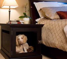 Retirar o vidro ou a porta do criado-mudo e colocar travesseiros. Feita a caminha! Foto: Woof Talk