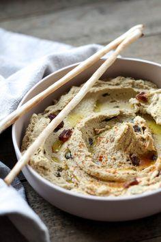 De combinatie van dadels en hummus zijn het ideale huwelijk. Server de dadel hummus bij het aperitief of als late-night snack.