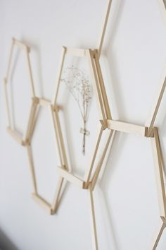 Honeycomb Wall Art Honeycomb Wall Art - try with popsicle sticks instead with grommets to adjust the angles. sizesHoneycomb Wall Art - try with popsicle sticks instead with grommets to adjust the angles. Diy Wand, Diy Home Crafts, Craft Stick Crafts, Wood Crafts, Popsicle Crafts, Geometric Wall, Geometric Designs, Diy Wall Art, Diy Wall Decor