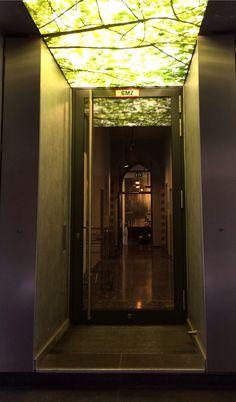 Ein Leuchtkasten ersetzt den Baum vor der Tür und die Taschenlampe im Gang.