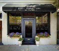 Store front I like Adrian: es una fachada de un establecimiento pequeño, muy bien ordenado y que las plantas que tienen alrededor de la puerta te invitan a conocer el local