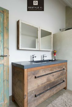 Prachtige combinatie: Eiken badmeubel met een betonnen wastafel! #badmeubel #badkamermeubel #restylexl #beton #wasbak #houten
