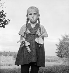 Serious girl with braids, photo by Ismo Hölttö, Eno, Finland -- 1968 Old Photos, Vintage Photos, Olivia Parker, Julia Margaret Cameron, Creepy Kids, Creepy Children, Awkward Girl, Alfred Stieglitz, Poor Children