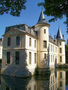 château, façade est avec deux des petites tours médiévales.  - Château d'Ermenonville — Wikipédia