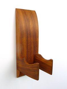 Mostrar tu guitarra en la pared como la obra de arte que es! Este colgador de guitarra hecha a mano mano está hecha de madera de Jatoba brasileña para la excepcional fuerza y belleza.  Su instrumento no colgará tocando la pared que evita el daño a la guitarra y la pared.  El tamaño de la percha se puede personalizar para adaptarse a un ukelele, Banjo, mandolina u otro instrumento. Al hacer el pedido, simplemente seleccione mensaje y estilo eléctrico/acústico me trabajar en dimensiones es...