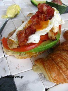 Σάντουιτς κοτόπουλου με μπέικον, αυγό και αβοκάντο • sundayspoon