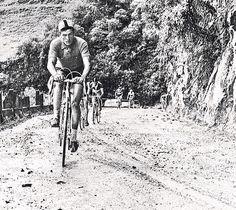 Ramón Hoyos Vallejo  en plena acción por las carretera del país en una Vuelta a Colombia. Vintage Cycles, Historical Images, Cycling, Tours, Snow, Bike, Bicycles, Pictures, Outdoor