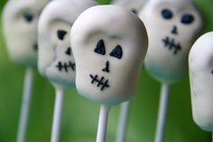 Skull Cake Pops - oh my goodness these are so fabulous. Having a pirate party? Celebrating Day of the Dead? Need some Halloween treats? I think these skull cake pops are just the ticket (and not too tricky? Halloween Cake Pops, Halloween Skull, Spooky Halloween, Halloween Treats, Halloween Party, Halloween Recipe, Halloween Activities, Family Crafts, Crafts For Kids
