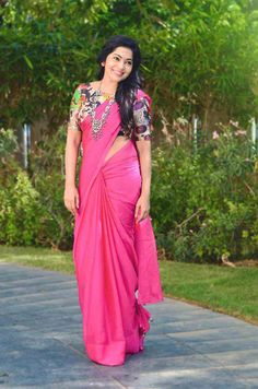 Contest With iwomens you will get daily Beauty and Fashion Pictures & tips for womens. Saree Blouse Neck Designs, Fancy Blouse Designs, Lehenga Designs, Indian Beauty Saree, Indian Sarees, Indian Fashion Trends, African Fashion, Saree Trends, Saree Models