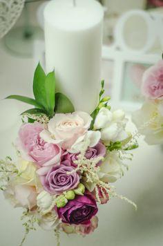 Decorațiune florală pentru lumânare de căsătorie. Table Decorations, Floral, Home Decor, Flowers, Interior Design, Home Interior Design, Dinner Table Decorations, Home Decoration, Decoration Home