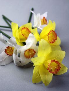 Daffodils made of crepe paper and straws...  Påskliljor av kräppapper, sugrör från Willys m.m.