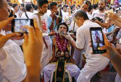 Piercing-Attacke: Bei einem Festival in Phuket zelebrieren Vegetarier eine eigenartige Methode, auf Fleischessen zu verzichten. Sie piercen sich Nadeln, Messern oder noch größere Gegenstände durch die Lippen, sodass ihr Mund für die Nahrungsaufnahme versperrt wird. Mehr Bilder des Tages auf: http://www.nachrichten.at/nachrichten/bilder_des_tages/ (Bild: Reuters)