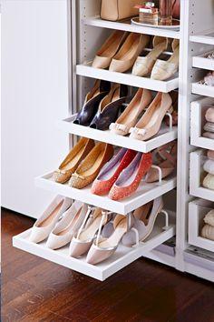 Adorable 60 Brilliant Master Bedroom Organization Decor Ideas https://roomadness.com/2018/01/01/60-brilliant-master-bedroom-organization-decor-ideas/