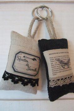 Lot de 2 portes clés (Lin & dentelle) (n°38) * : Porte clés par kb-creations Hessian Crafts, Fabric Crafts, Lavender Bags, Lavender Sachets, Scented Sachets, Fabric Stamping, Diy Keychain, Patchwork Bags, Fabric Bags