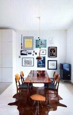 Stół z krzesłami to prezent z rodzinnego domu. Na ścianie, pośród grafik młodych artystów, dwa obrazy Edwarda Dwurnika, z których jeden jest portretem właścicielki.