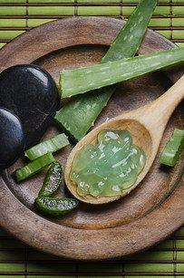 A Charcoal Capsule + Aloe Vera Gel = Eyeliner | 12 Beauty Hacks With Three Ingredients Or Fewer