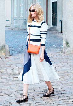 Street style com look de listras e saia plissada