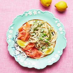 Färskost smaksatt med pepparrot, citronskal och dill lägger grunden för en härlig pastarätt med proteinrika sojabönor och kallrökt lax. Bäst blir laxpastan med en tunnare pastasort, som linguine. Det är verkligen busenkelt, men ändå med guldkant.