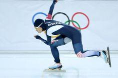ソチ冬季五輪、スピードスケート女子500メートル決勝。レースに臨む李相花(Lee Sang-Hwa、2014年2月11日撮影)。(c)AFP/JUNG YEON-JE ▼12Feb2014 AFP 李相花が女子500メートルで2大会連続の金メダル、ソチ五輪 http://www.afpbb.com/articles/-/3008247 #sochi2014 #Lee_Sang_hwa #speed_skating