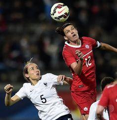 女子サッカー国際親善試合、フランス対カナダ。フランスのサブリナ・ドラノワ(左)とボールを競るカナダのソフィー・シュミット(2015年4月9日撮影)。(c)AFP/FRANCK FIFE ▼10Apr2015AFP ルソメの得点でフランスがカナダに勝利 http://www.afpbb.com/articles/-/3045085 #friendly_match_France_Canada #Sabrina_Delannoy #Sophie_Schmidt