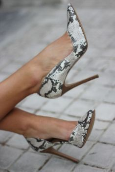 Chic shoes will make any great work outfit into a flawless look. To class up your professional wardrobe, here are 10 chic shoes to wear to your internship! Zapatos Shoes, Shoes Heels, Shoes Sneakers, Shoes Men, Stilettos, Cute Shoes, Me Too Shoes, Snakeskin Heels, Stiletto Heels