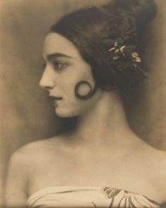 Photo Nickolas Muray, ca. 1930, Rose Rolanda Covarrubias (1895-1970). iL