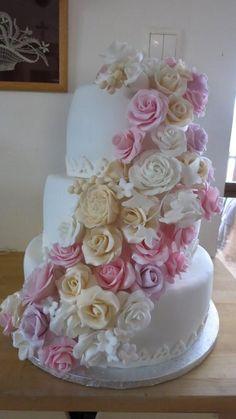 Svadobná torta plná kvetov. Autorka: HelkaT. Tortyodmamy.sk