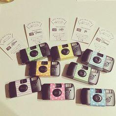 お子様ゲストにはカメラマンになってもらおうと思います♡ 使い捨てカメラ、デコレーションしました♡ 席札も♡ #席札 #結婚式 #結婚式小物 #結婚式準備…