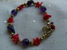 Ein wunderschönes ausgefallenes Armband in lila Amethyst und leuchtendem rot der Apfelkoralle.  *Für den Sommer oder zum Aufhellen trüber Tage, diese