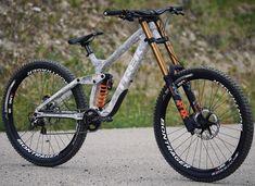 🔥@brettrheeder's new whip 🔥swipe for details.  #session #trekbikes #ridebontrager #mtb #mountainbikes #custom #design