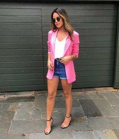 Blazer rosa, blusa branca, short jeans de cintura alta com barra dobrada, sandália com tiras de plástico Look Blazer, Blazer And Shorts, Simple Outfits, Summer Outfits, Casual Outfits, Fashion 2020, Girl Fashion, Fashion Outfits, Look Short Jeans
