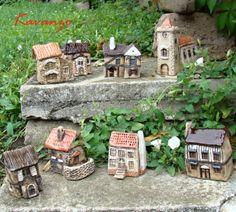 Anglická vesnice Bere mě velice... anglická vesnice... Keramické domečky na objednávku, snad se budou líbit. Kostelu při výpalu trošku opadala omítka na jedné straně, proto je jako bonus zdarma (viz detailní foto). Trošku větší než obvykle - výška cca 9 cm. Zasílám jako křehké.