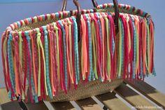 DIY capazo de flecos Straw Handbags, Purses And Handbags, Beach Basket, Boho Bags, Beach Accessories, Basket Bag, Yarn Projects, Knitted Bags, Handmade Bags