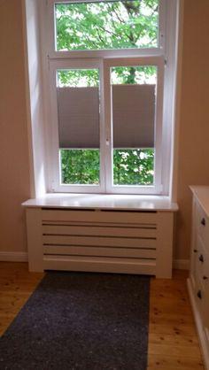 Opmaat gemaakte radiator ombouw met een vensterbank voor op te zitten.