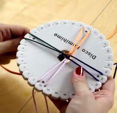 Aprende a hacer pulseras con cordones de cuero o hilos de tela o lana con un instrumento que se llama disco kumihimo. Verás que es sencillo de utilizar y que el resultado es muy chulo.