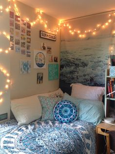 Necklace This is one of the cutest dorm room ideas for girls! - Cute dorm room ideas that you need to copy! These cool dorm room ideas are perfect for decorating your college dorm room. You will have the best dorm room on campus! Cool Dorm Rooms, College Dorm Rooms, Dorm Rooms Girls, College Dorm Lights, Blue Teen Rooms, Kids Rooms, Cool Teen Rooms, Dorm Room Colors, College Dorm Bedding